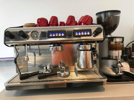 kaffemaskin med kvarn och mjölkskummare